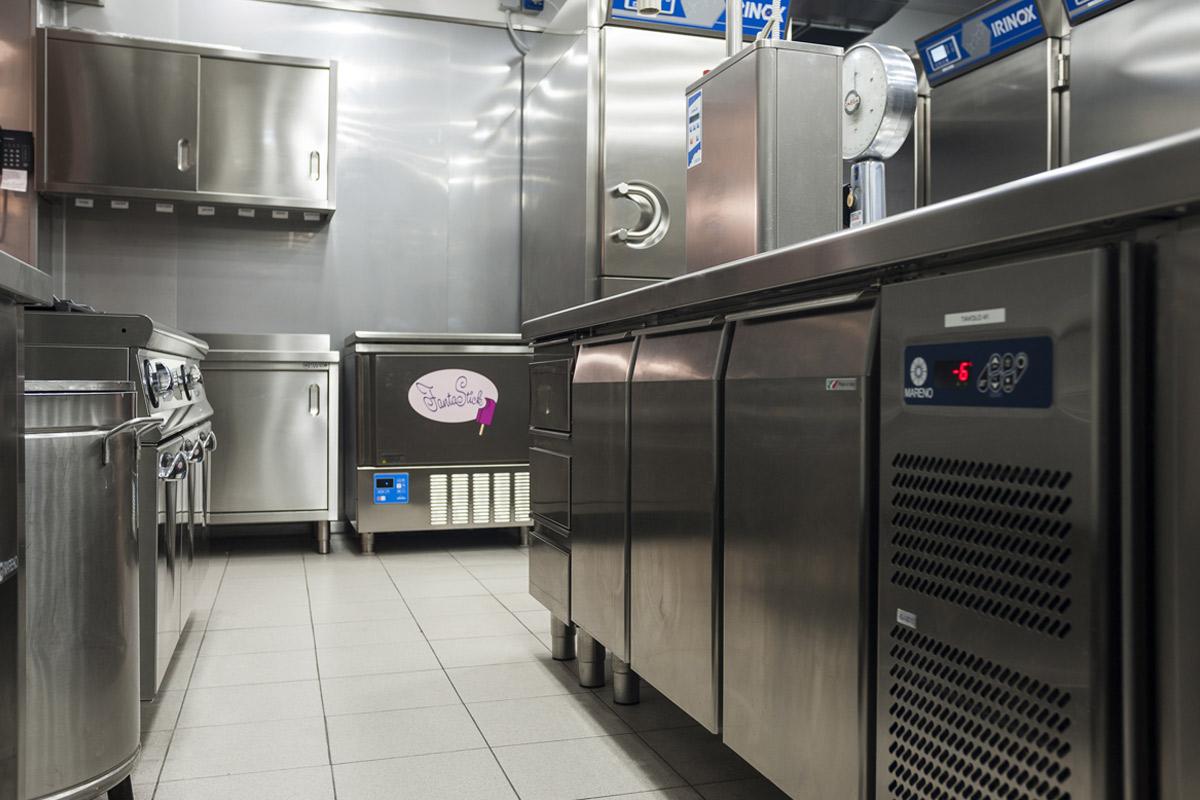Quaranta-Laboratorio-di-gelateria-e-conservazione-artigianale-macchia-per-torte-e-gelati-su-stecco-fantastick-carpigiani-cucine-professionali-mareno
