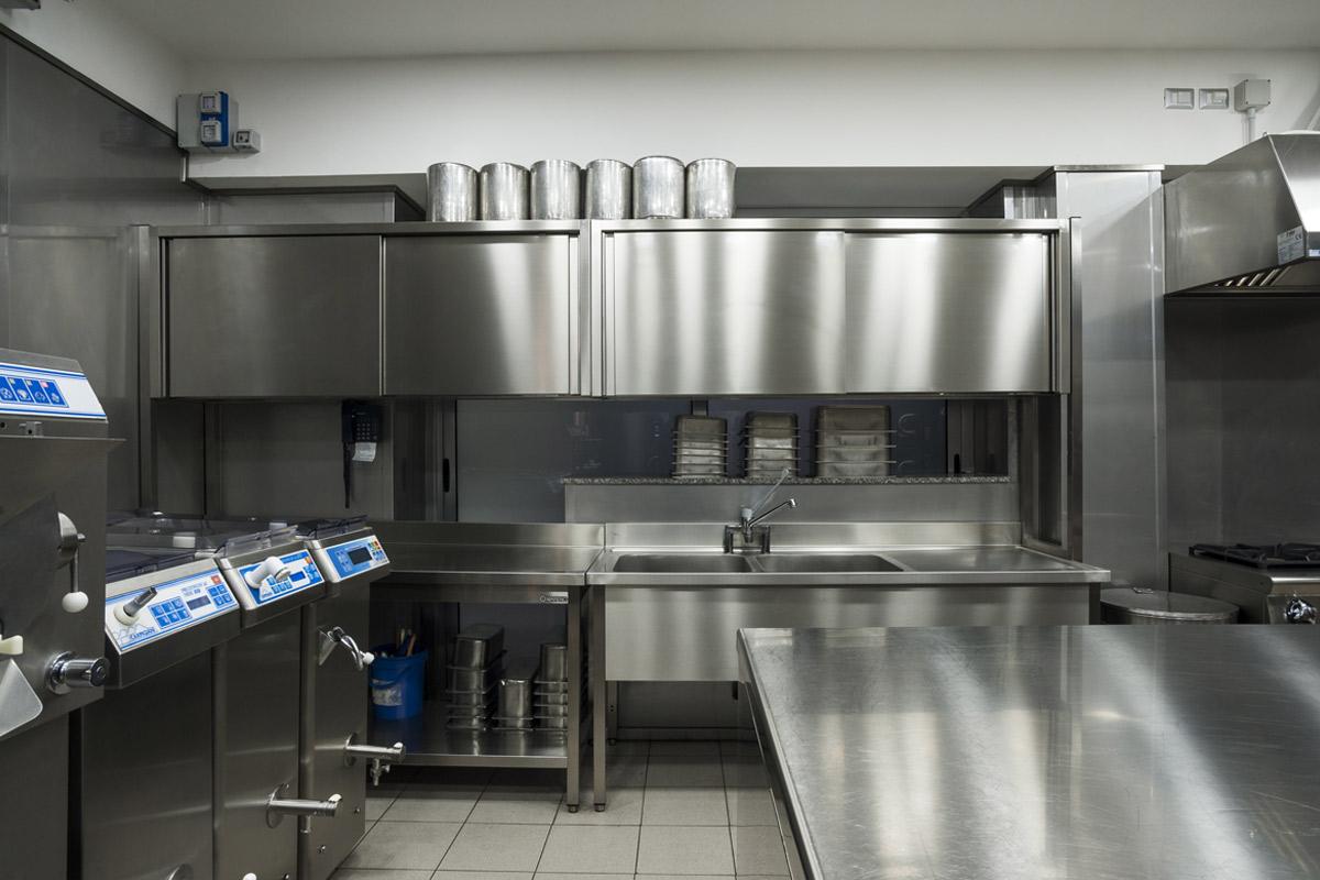 Quaranta-Laboratorio-di-gelateria-e-conservazione-mantecatori-per-gelato-artigianale-pastorizatori-di-miscele-gelato-carpigiani-tavoli-armadiati-lavatoi-mareno