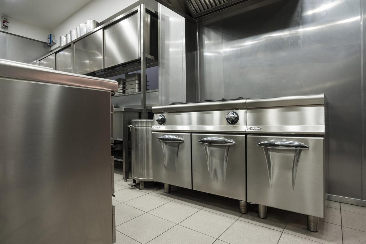 Quaranta-Laboratorio-di-gelateria-e-conservazione-artigianale-CUCINA-A-GAS-4-FUOCHI-CON-FORNO-GAS-mareno