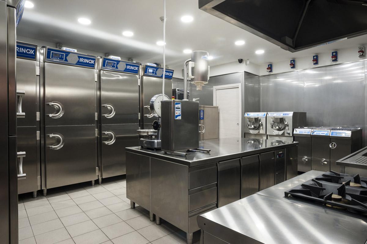 Quaranta-Laboratorio-di-gelateria-e-conservazione-artigianale-panoramica-delle-attrezzature-irinox-mareno-carpigiani