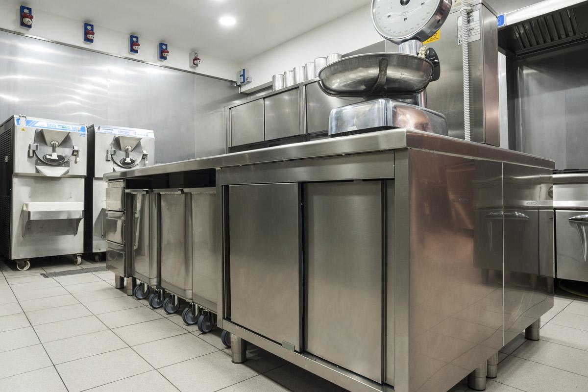 Quaranta-Laboratorio-di-gelateria-e-conservazione-mantecatori-per-gelato-artigianale-pastorizatori-di-miscele-gelato-carpigiani-tavoli-armadiati-mareno