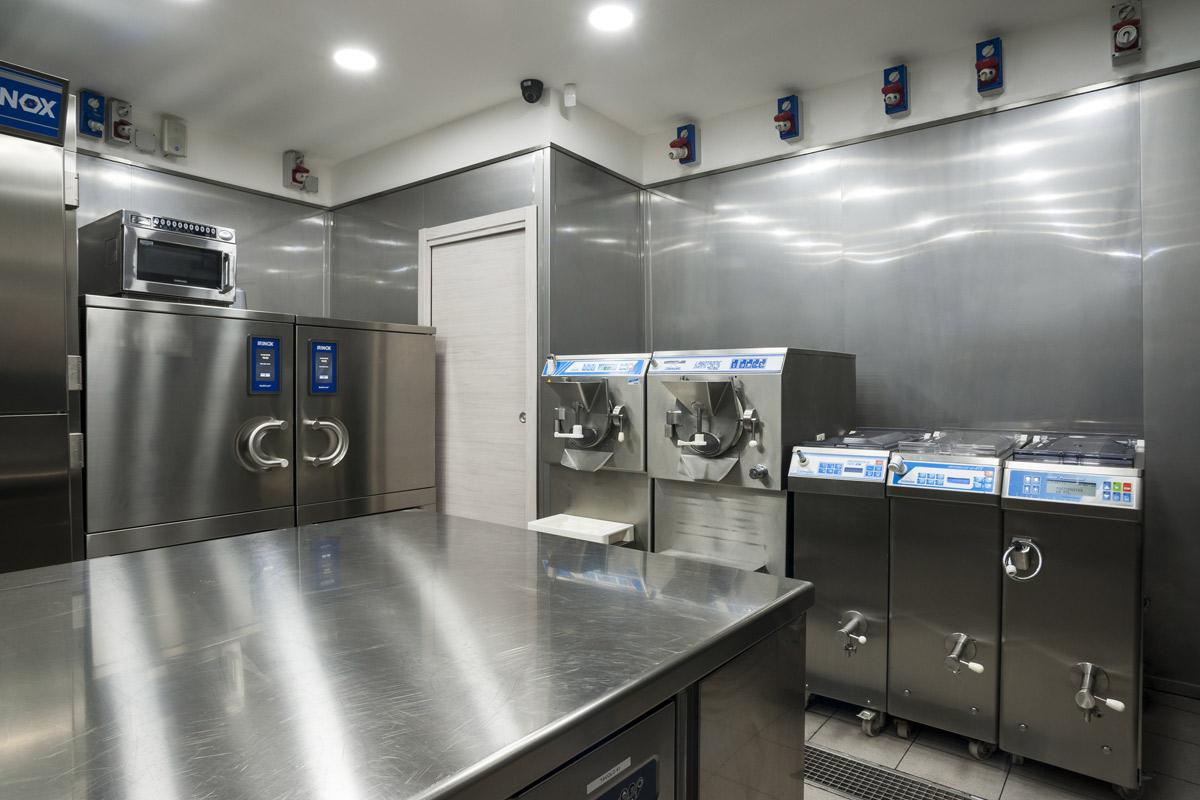 Quaranta-Laboratorio-di-gelateria-e-conservazione-mantecatori-per-gelato-artigianale-pastorizatori-di-miscele-gelato-carpigiani
