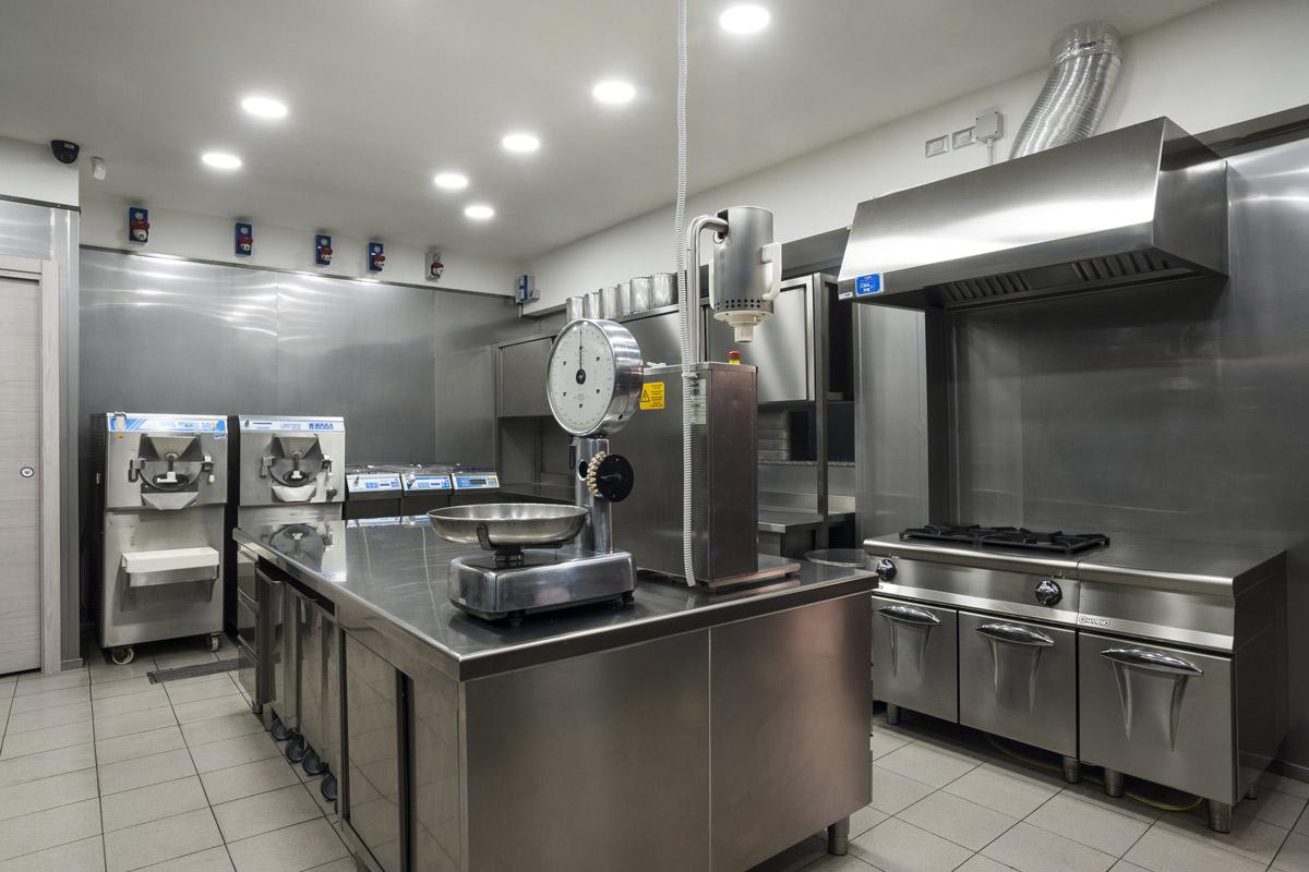 Quaranta-Laboratorio-di-gelateria-e-conservazione-mantecatori-per-gelato-artigianale-pastorizatori-di-miscele-gelato-cucina-4-fuochi-con-forno-a-gasa-mareno-tavolo-inox-armadio