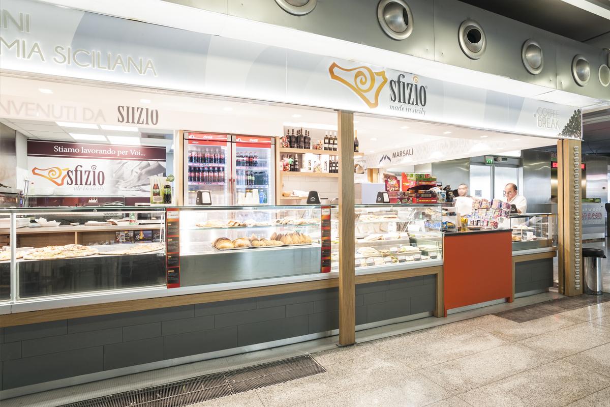 Sfizio-pizza-panini-gastronomia-siciliana-visione-panoramica-del-bar