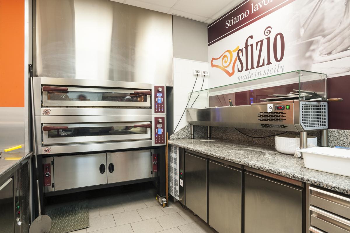 Sfizio-pizza-panini-gastronomia-siciliana-visione-zona-preparazione-pizza-con-forno-oem
