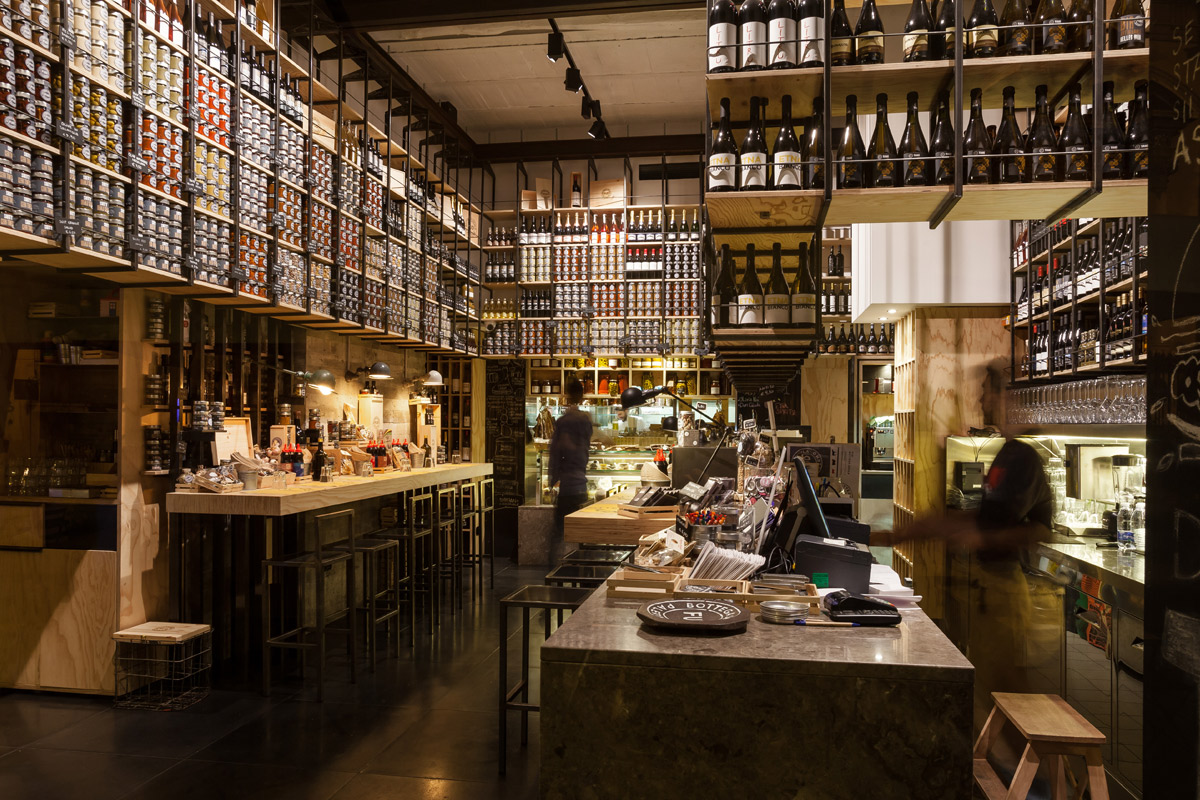 interno-FUD-Bottega-Sicula-Palermo-espositori-per-vino-conserve-e-particolare-zona-bar