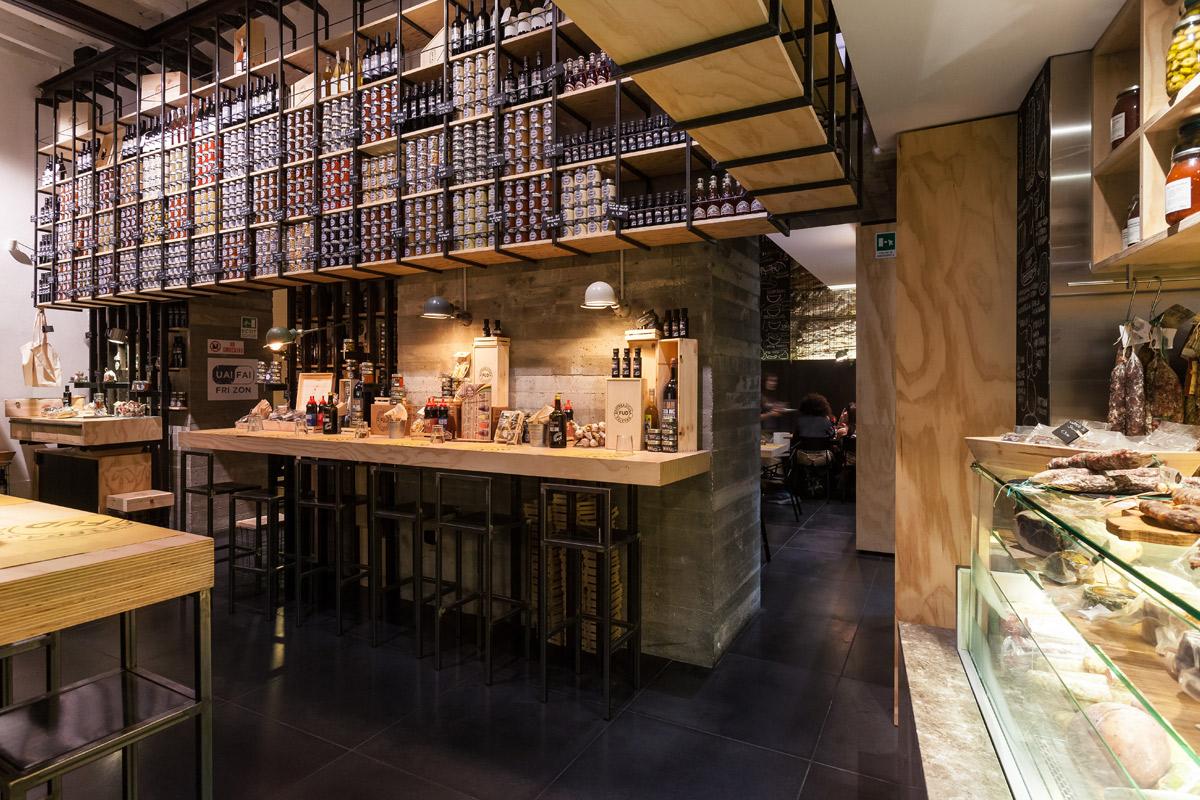 interno-FUD-Bottega-Sicula-Palermo-particolare-del-bancone-sallumeria-e-del-rivestimento-in-legno