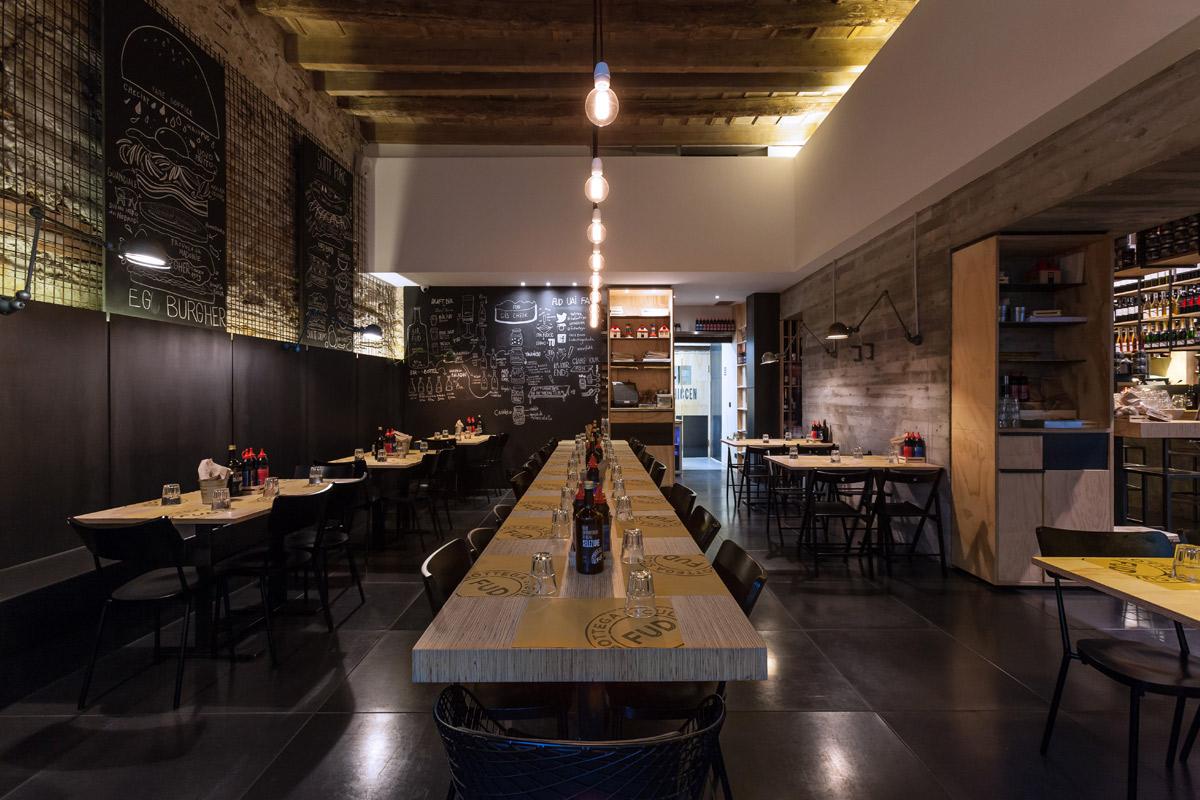 FUD-Bottega-Sicula-Palermo-zona-tavoli-degustazione-panini-vista-tavolo-lungo